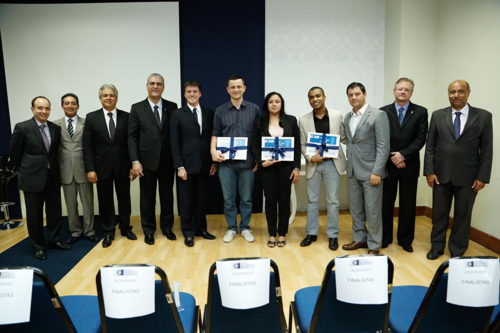 Autoridades, que apoiaram e promoveram o evento, junto com os vencedores