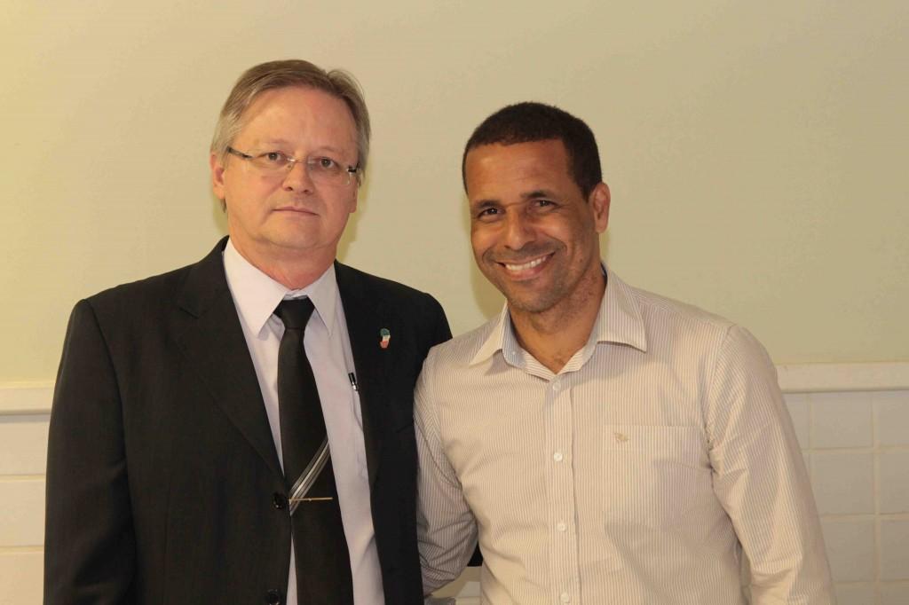 O vice-presidente de Fiscalização do CRCES, Roberto Schulze, e o prefeito de Cariacica, Geraldo de Oliveira Junior